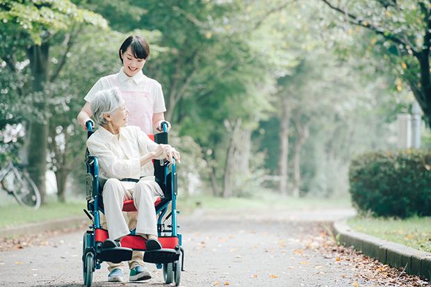 ニーズが高まる介護職に注目!介護サービスの種類や施設別の仕事内容をわかりやすく解説