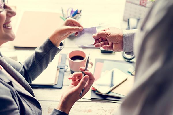 仕事効率化にもコミュニケーション手段にも役に立つ!付箋の使い方