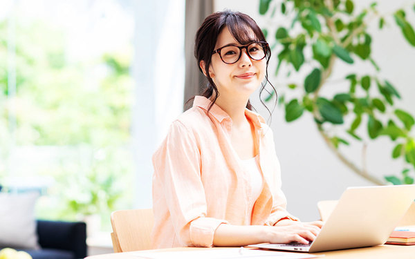 テレワークとは?在宅勤務やリモートワークとの違い、メリット・デメリットを解説