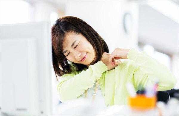 頑固な肩こりもスッキリ解消!?肩まわりを軽くするストレッチ&おすすめアプリ